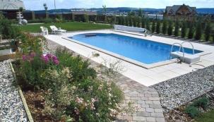Výsadba rostlin v okolí bazénu