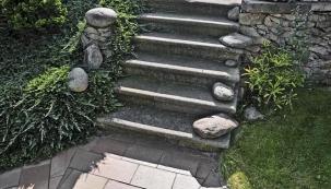 Zahrada se starými zámeckými schody