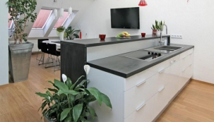 Kuchyň v neutrální a nadčasové bílé barvě