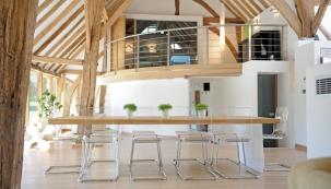 Moderní vila ze skla a dřeva