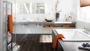 Tipy na podlahovou krytinu do koupelny (fotografie: KPP – vinylová krytina Wineo DESIGNline Connect – kolekce Laguna (dekor Dub Everglade)