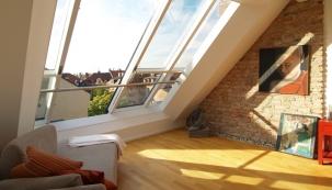 Pootevřená křídla posuvného střešního okna Solara PERSPEKTIV v Mnichově.