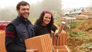 Mladá rodina staví dům krok za krokem