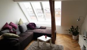 Posuvné střešní prosklení Solara PERSPEKTIV velkoryse prosvětluje podkrovní byt.