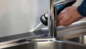 Pattex rychleschnoucí sanitární silikon, aplikace v kuchyni.