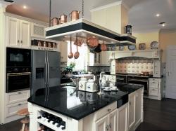 Kuchyň v anglickém stylu (HŠ Rustikal) masivní dubové dřevo s povrchovou úpravou vanilla antik, pracovní deska žula, cena od 25 000 Kč/bm, www.hsrustikal.cz.