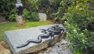 Cestu do zahrad v Česku si nacházejí i exotické kamenné sochy, které tesají umělci v Africe. Autorem téměř dvoumetrové sochy ještěrky je sochař Cloudious Muhomba z umělecké komunity Tengenenge v Zimbabwe.