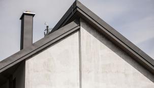 Takto vypadá kvalitně odvedené provedení prostupů střešních krytinou a další oplechování střechy. Střešní krytina Ruukki. Realizace K KOMPLET.