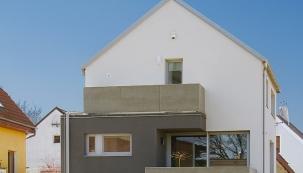 Hlavní průčelí domu směřuje k severovýchodu.  Z volného cípu pozemku u opěrné zdi vede vstup do samostatné obytné jednotky v přízemí. V horních podlažích zdobí toto průčelí dvě terasy se zábradlím z cementových desek.