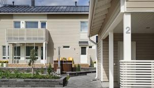 Integrované solární panely Ruukki Classic Solar nejsou na střeše domu téměř vidět.