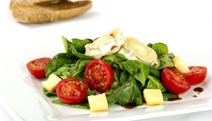Salát z mladého špenátu s kozím sýrem, Cherry rajčaty a vaječnou sedlinou, opečená bageta