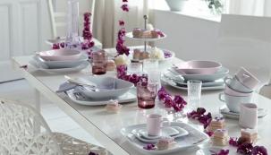 Růžová se skvěle kombinuje s barvami, jako je šedá, stříbrná nebo fialová. V kombinaci s bílou bude elegantní a nevtíravá (www.kahla-porzellanshop.de)