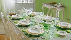 Luční kvítí a romanticky prostřený stůl se zeleným akcentem může být způsobem, jak uvítat první letní den a rozloučit se s jarem