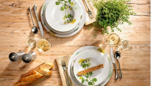 LEHKOU VEČEŘI s vůní čerstvých bylinek si naservírujte na talířích se žlutým polním kvítím a najezte se u bytelného dřevěného stolu, www.esklo.cz