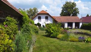Majitelé začali stavět nový dům atrochu netradičně započala paní domu spolu se stavebními pracemi budovat také zahradu.