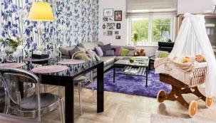Černý stůl se skleněnou deskou působí elegantně, a jídelní kout v obývacím pokoji proto neruší