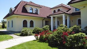 Díky dobré orientaci domu kesvětovým stranám je vstupní prostor dozahrady adomu orientován nasever. Zastíněný prostor vytváří ideální podmínky pro záhon stálezelených rododendronů. Záhon je doplněn výsadbou lilií ahortenzií, rostlinami, které prodlužují květenství atím také barevnost až onástupu podzimu.