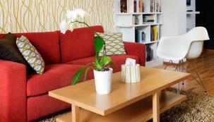 Knihovna v bílé barvě je navržena na míru, aby stejně jako tapeta vyplnila prostor od podlahy až ke stropu