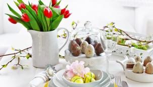 PROSTŘENÝ STŮL v kombinaci bílé a žluté má všechny atributy jara a Velikonoc. Dekorativně použité větvičky, malovaná vajíčka a džbán plný tulipánů odvedou dobrou práci
