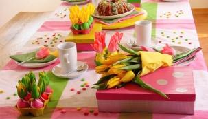 PŘEVLÁDAJÍCÍ RŮŽOVÁ, syté tóny žlutých tulipánů a dekorace v trávově zelené způsobí, že se vám na velikonoční sladkosti začnou sbíhat sliny