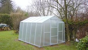 Základem každého kvalitního skleníku by měla být pevná a odolná konstrukce, která zároveň zabírá co nejmenší plochu, aby nestínila rostlinám.