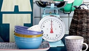 Kuchyňská váha, smalt s nerezovou miskou, váží na gramy/kilogramy a libry/unce, max. hmotnost 5 kg, O misky 21 cm, cena 925 Kč, www.home-decor.cz
