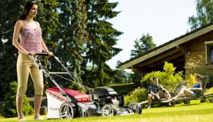 Sečení trávy už není doménou mužů, díky moderním technologiím vidíme na českých zahradách za madly sekaček stále více žen. Zdroj: Mountfield.