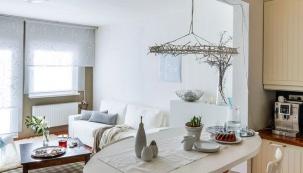 Obývací pokoj pro paní domu představuje přátelské meditační místo. Vládne mu elegance, jemné tóny barev (bílá, tyrkysová a béžová) a jednoduché linie