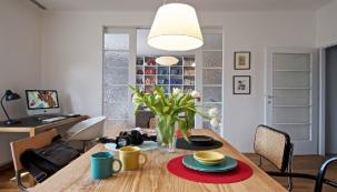 V bytě převažují odstíny bílé, šedé a černé barvy a množství dřeva. Barvy mu dodávají doplňky, například květiny nebo barevné prostírání a nádobí, které rozsvítí celou kuchyň