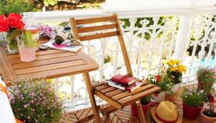 Závěsný stolek na balkon (Tchibo), akátové dřevo, 60 x 40 cm, cena 1 290 Kč, www.tchibo.cz