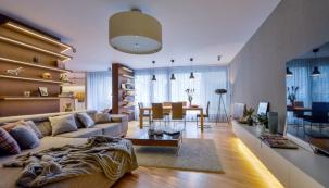 Součástí obývacího pokoje je masivní jídelní stůl, který vyrobil ve své truhlářské dílně spolu s obložením stěn a atypickými policemi Petr Luncar