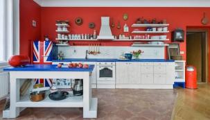 Kuchyň v rustikálním duchu zhotovil podle Bářiny představy truhlář pan Kalát. Její barevnost předurčila chladnička Smeg s britskou vlajkou