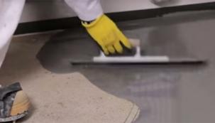 Aplikace cementové samonivelační podlahové hmoty