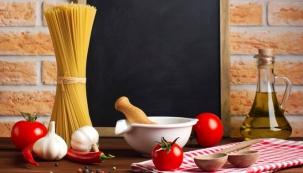 Stolování: dlouhé těstoviny