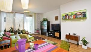 Zařizování obývacího pokoje začalo dárkem od kamarádky. Díky váze, která Janě evokovala design 60. let, hraje retro nábytek hlavní roli