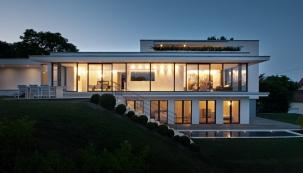Dům kopíruje nerovnost terénu aumožňuje tak přímý výstup dozahrady jak ze společného obývacího prostoru, tak zložnic. Zahrada je také výškově rozdělena načást pro společenské akce apro relaxaci.