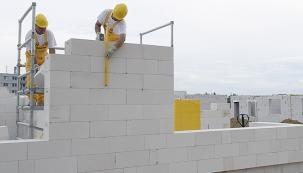 Roviny, svislice, kolmice. Od základů doslova až po střechu. Platí ipro zdicí systém Ytong.
