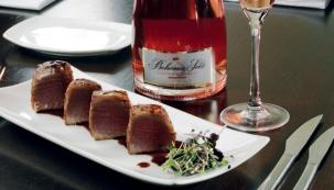 Lehce marinovaný restovaný tuňák v zázvoru s redukcí z Pinot noir