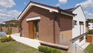 Dům s keramickými prvky na fasádě