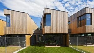 Pultová střecha spříčným sklonem avýrazně přesahující horní podlaží dodávají architektuře domu dynamický vzhled. Zajímavým  atechnicky náročným prvkem je rohové okno  vpatře konstruované bez nárožního sloupku.