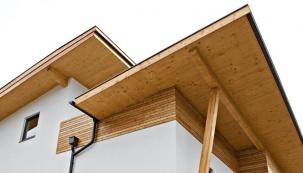 Dřevo nafasádě se dobře kombinuje isjinými tradičními materiály, jakými jsou například kámen či omítka (ASCO).