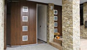 Zjiného konstrukčního soudku – sekční garážová vrata s panely orientovanými svisle. Nezajíždějí pod strop, ale při otevření se srovnají podél stěny garáže. Vhodné tam, kde nelze provést instalaci pod strop (malá výška atd.).