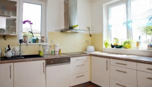 Interiér domu je vzdušný a plný světla. Výhled z okna směřuje na bylinkovou zahrádku a dál, do nezastavěné zelené krajiny
