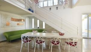 Stůl je z produkce Pallucco, model Grand Escart od Jeana Nouvela, židle One Chair navrhl pro firmu Magis Konstatntin Grcic a Loop pohovku vyrobil Arper