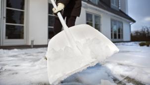 Novinkou letošní zimy je nástroj naled zřady SnowXpert, který kombinuje měkký silikonový smetáček aškrabku citlivou kautolaku isklu. Cena 460Kč (FISKARS).