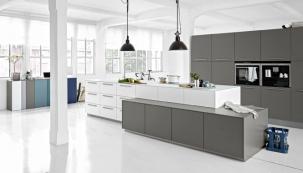 Čistý design moderní kuchyně Loft (Nolte) doplňuje 12mm silná skleněná deska, www.nolte-kuechen.de