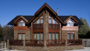 Hlavní průčelí domu získalo díky symetrickému uspořádání monumentální výraz. Prosklený štít odlehčuje masivní stavbu anaplňuje interiér světlem asluncem.