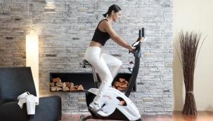 Domácí cvičení přináší řadu výhod. Ušetříte za vstupné a můžete si zacvičit, kdykoli máte čas a náladu.