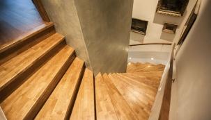 Promyšlené barevné sladění dřevěných nášlapů, podlahy z masivního dřeva v patře a bočních stěn  u uzavřeného (plného) schodiště  (SWN MORAVIA).