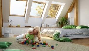 Střešní okno je nejslabším místem střešního pláště. Tuto skutečnost však eliminuje kvalitní provedení amontáž výrobku, přinášející komfort bydlení sdostatkem světla, volným výhledem adokonalým ovládáním (Roto).
